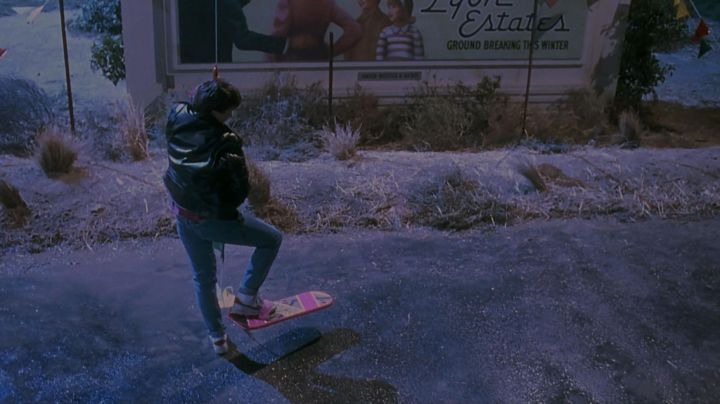 The Hoverboard Marty McFly (Michael J. Fox) in Back to the future 2 - Movie Outfits and Products