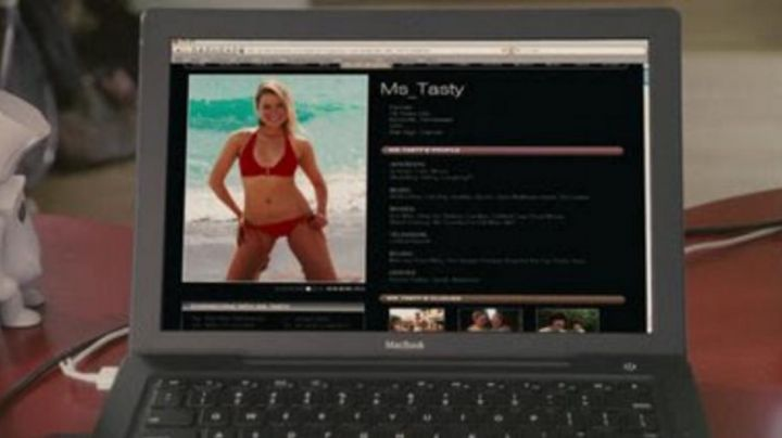 The MacBook Ian (Josh Zuckerman) in Sex drive - Movie Outfits and Products