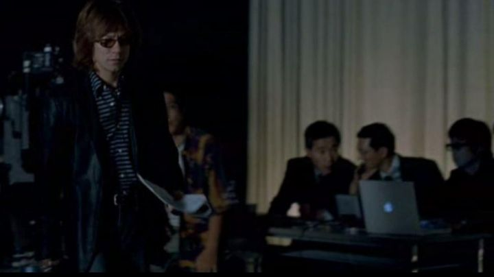 The Macbook is Apple of the technical team of the pub of Bill Murray in Lost in Translation - Movie Outfits and Products