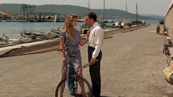 The Mole Jean Wakes up in the port of Saint-Tropez in the film And God created woman - Movie Outfits and Products