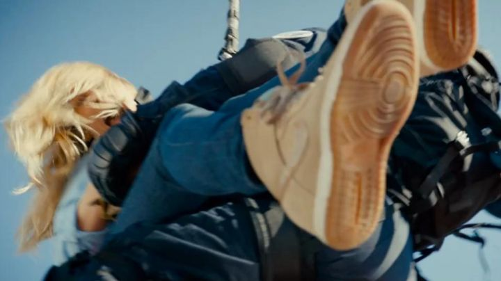 Fashion Trends 2021: The Nike sneakers beige of Julia Cox (Caroline Vigneaux) in the film it thoroughly!