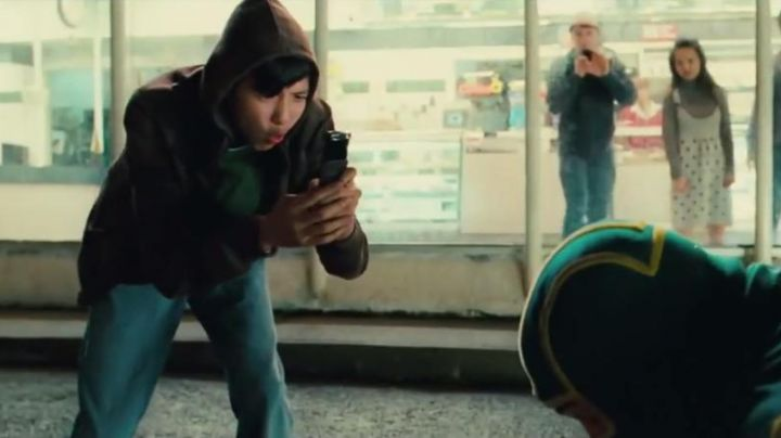 """The Nokia mobile phone is Running Teenager (Jacob Cartwright) in """"Kick-Ass"""" - Movie Outfits and Products"""