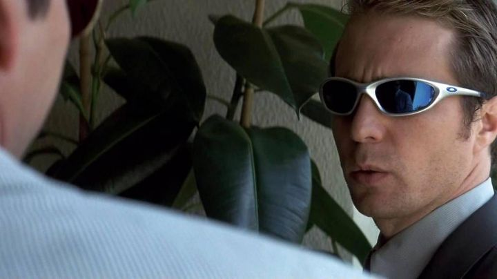 The Oakley sunglasses Twenty of Frank Mercer (Sam Rockwell) in The Associated - Movie Outfits and Products