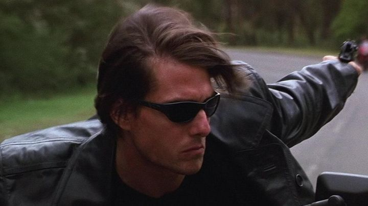 The Oakley sunglasses black of Ethan Hunt (Tom Cruise) in Mission : Impossible II - Movie Outfits and Products