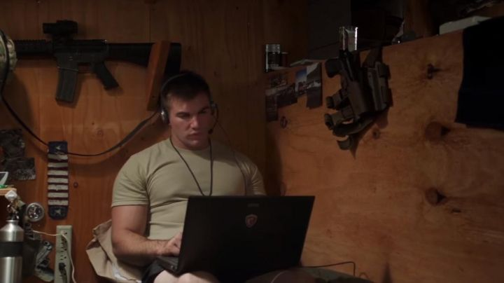 The PC portable gaming MSI Alek Skarlatos in The 15:17 to Paris - Movie Outfits and Products