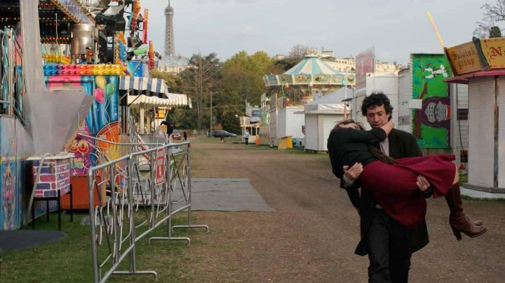 The Park of the Champ de Mars in All the girls cry (Eric Elmosnino ) - Movie Outfits and Products
