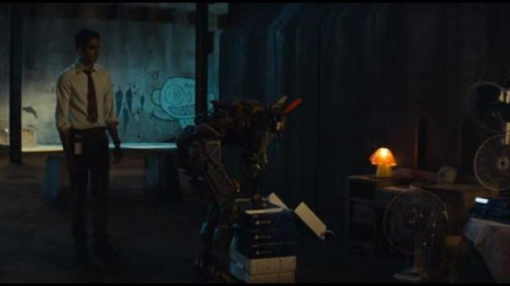 The Playstation 4 order in Chappie - Movie Outfits and Products