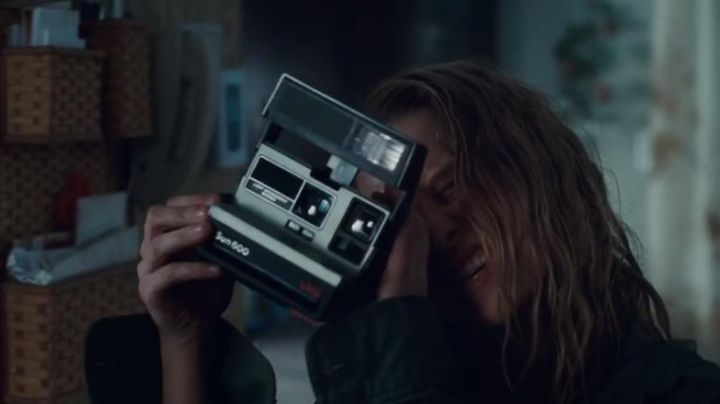The Polaroid camera of Julie (Teresa Palmer) in Warm Bodies - Movie Outfits and Products
