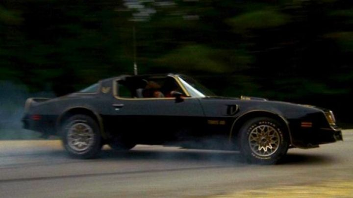 The Pontiac Trans Am of Burt Reynolds in Smokey and the Bandit - Movie Outfits and Products
