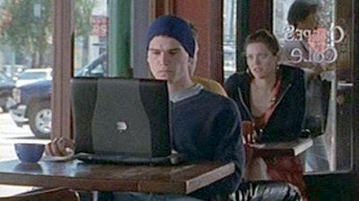 The Powerbook G3 Matt (Josh Hartnett) in 40 days and 40 nights - Movie Outfits and Products