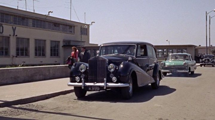 The Rolls-Royce Silver Wraith Limousine Park Ward in From Russia with Love - Movie Outfits and Products