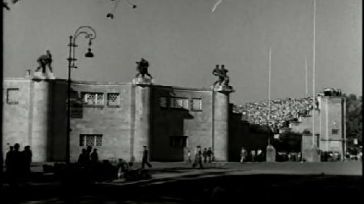 The Stadio Nazionale del P. N. F., Piazza Maresciallo Pilsudski, in Rome, The bicycle thieves - Movie Outfits and Products