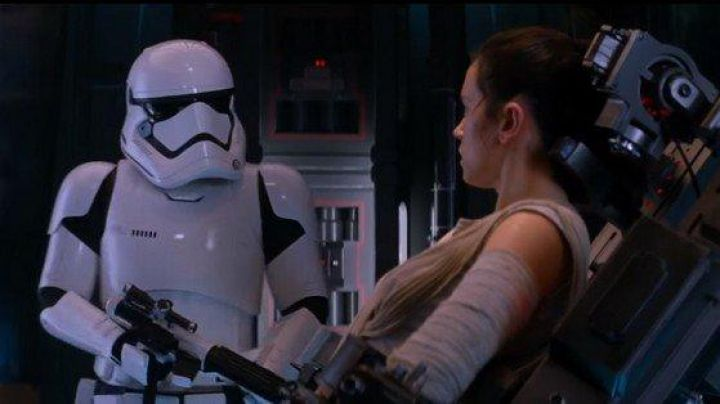 The Stormtrooper helmet of Daniel Craig in Star Wars VII : The Awakening of the Force - Movie Outfits and Products