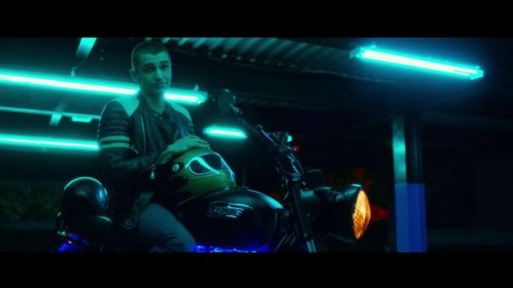 The Triumph motorcycle of Ian (Dave Franco) in Nerve movie