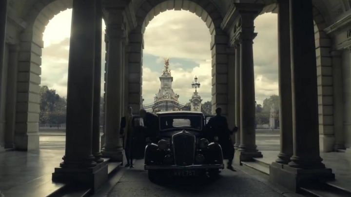 The Victoria Memorial at Buckingham Palace in The dark hours - Movie Outfits and Products