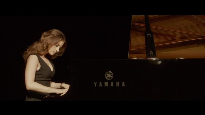 The Yamaha grand piano Machine (Mélanie Bernier) overview in the film A Bit Much Blindly - Movie Outfits and Products