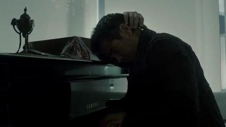 The Yamaha grand piano of Douglas Quaid (Colin Farrell) in Total Recall - Movie Outfits and Products