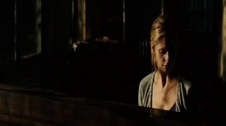 The Yamaha grand piano of Veronica (Sarah Michelle Gellar) in Veronica decides to die - Movie Outfits and Products