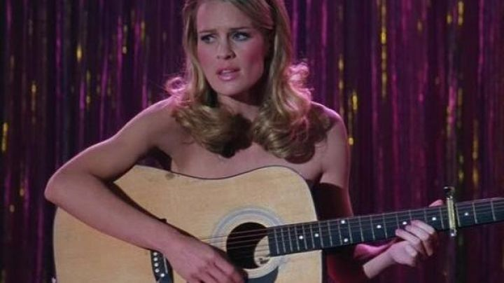 The acoustic guitar of Jenny Curran (Robin Wright) in Forrest Gump - Movie Outfits and Products