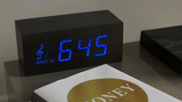 The alarm clock radio LED seen in jail manual - Movie Outfits and Products