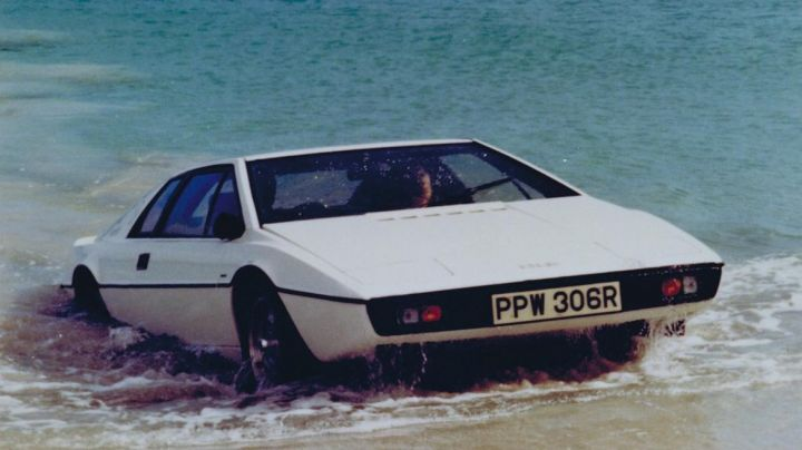 The amphibious Lotus Esprit of Roger Moore in The Spy Who Loved Me - Movie Outfits and Products