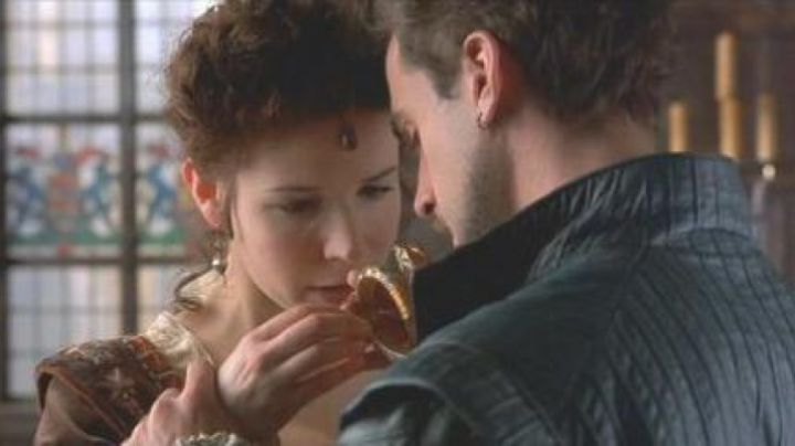 Fashion Trends 2021: The amulet of the serpent in Shakespeare in love