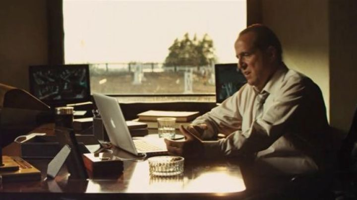 The apple Macbook Pro of Frank (Peter Stormare) in Kill the gringo - Movie Outfits and Products