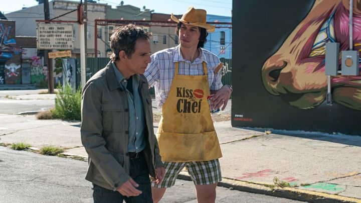 """Fashion Trends 2021: The apron yellow """"Kiss The Chef"""" Jamie (Adam Driver) in ' While We're Young"""