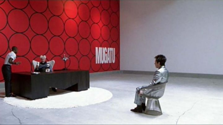 """The armchair """"Warren Platner"""" in The Jacobin Mugatu's Desk (Will Ferrel) in Zoolander - Movie Outfits and Products"""