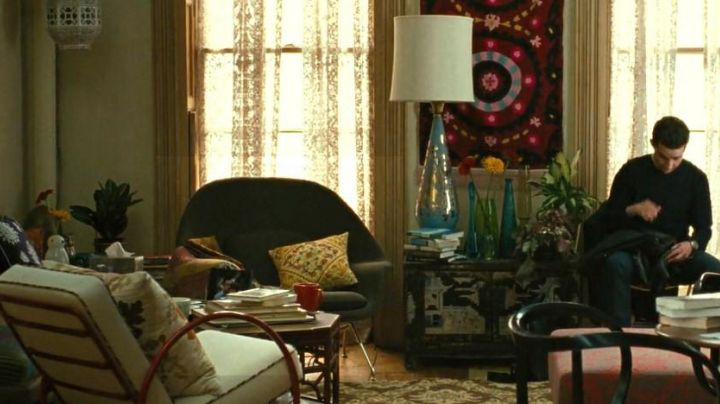 The armchair grey Knoll seen in Wall Street : money never sleeps - Movie Outfits and Products