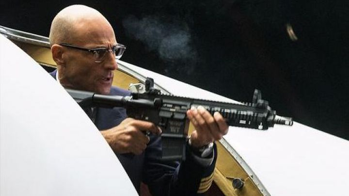 Fashion Trends 2021: The assault rifle WE HK146 of Merlin (Mark Strong) in Kingsman : the Secret Service