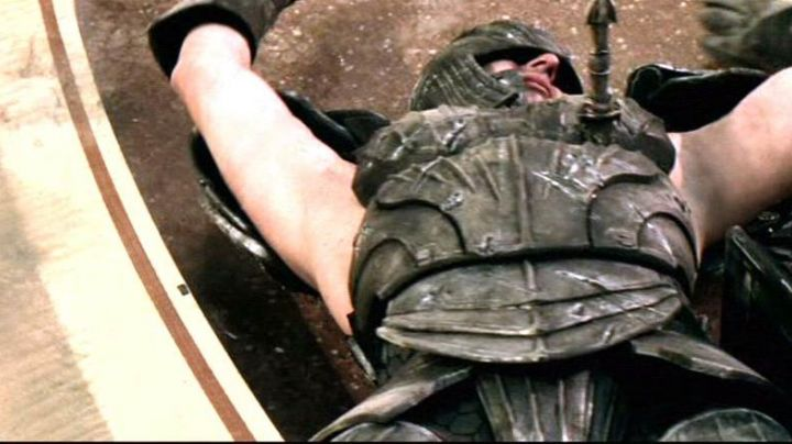 The authentic armor stabbed to Irgun (Mark Gibbon) in The Chronicles of Riddick - Movie Outfits and Products