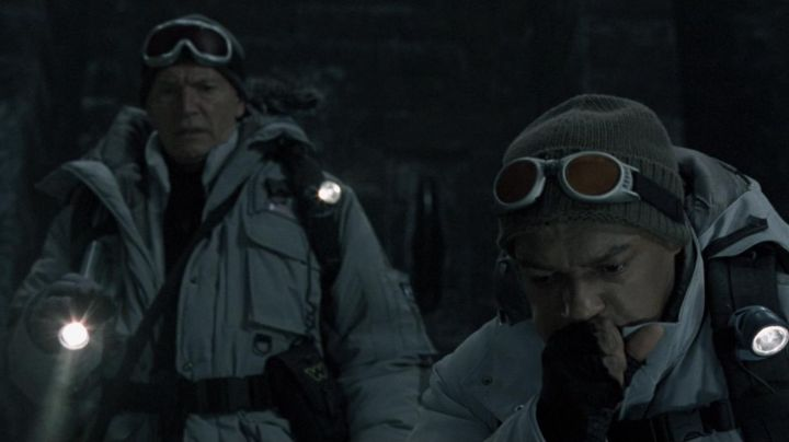 The authentic badge of Charles Weyland (Lance Henriksen) in Alien vs. Predator - Movie Outfits and Products
