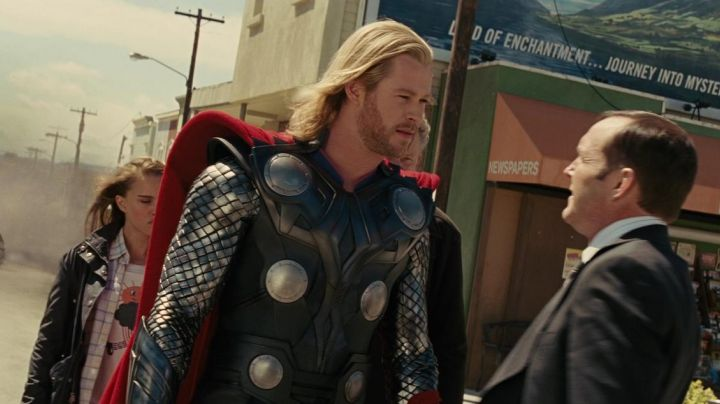The authentic cuff left of the armour of Thor (Chris Hemsworth) in THor - Movie Outfits and Products