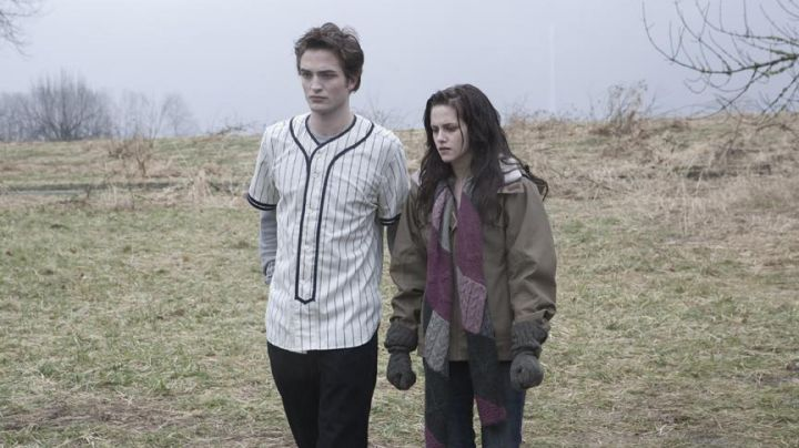 Fashion Trends 2021: The authentic jersey baseball striped of Edward Cullen (Robert Pattinson) in Twilight, chapitre 1 : Fascination