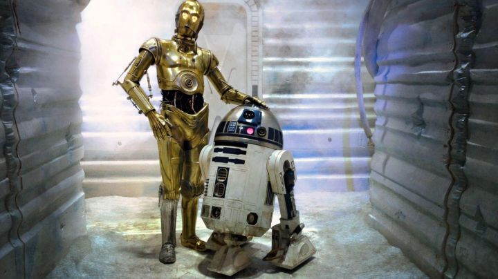 The authentic left foot of the droid C3PO in Star Wars IV : A new hope - Movie Outfits and Products