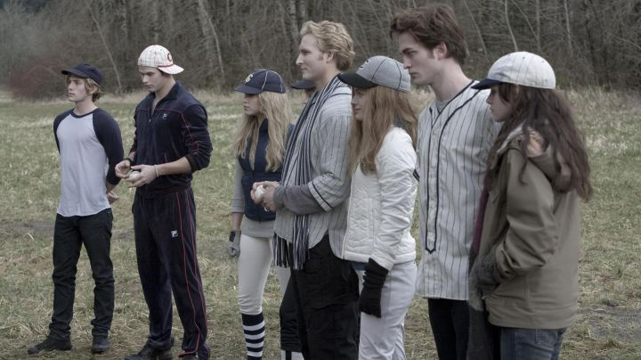 Fashion Trends 2021: The authentic outfit of baseball Rosalie Hale (Nikki Reed) in Twilight, chapitre 1 : Fascination