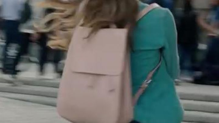 The backpack pink Emma in As diventare grandi nonostante i genitori - Movie Outfits and Products