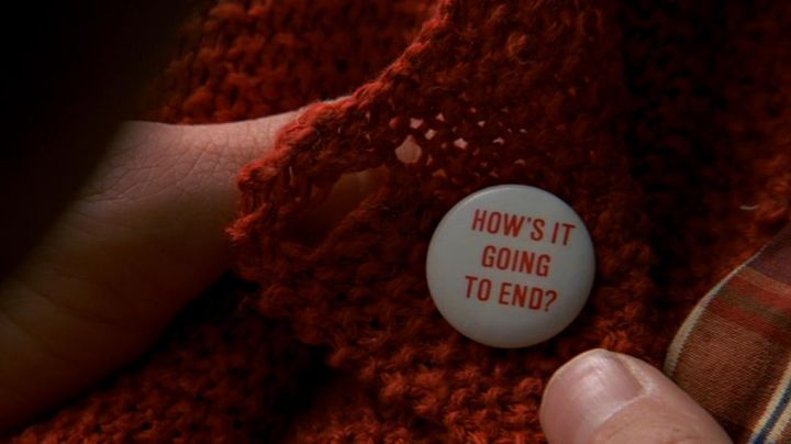 """Fashion Trends 2021: The badge """"HOW'S IT GOING TO END?"""" in The Truman Show"""