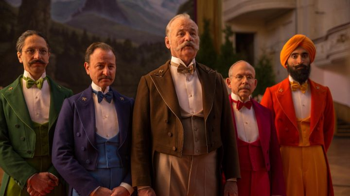 """Fashion Trends 2021: The badge """"crossed keys"""" of the society of concierges in The Grand Budapest Hotel"""