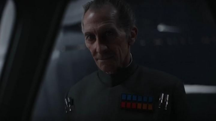 Fashion Trends 2021: The badge of Wilhuff Tarkin (Guy Henry) in Rogue One : A Star Wars Story