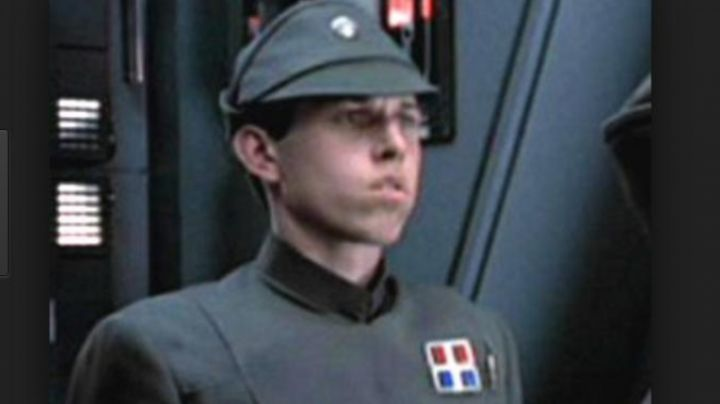 Fashion Trends 2021: The badge of an officer in Star Wars V : the Empire against attack