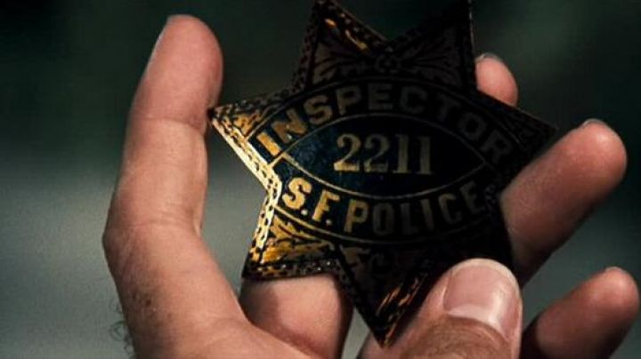 The badge of police inspector Harry Callahan (Clint Eastwood) in The Inspector Harry - Movie Outfits and Products