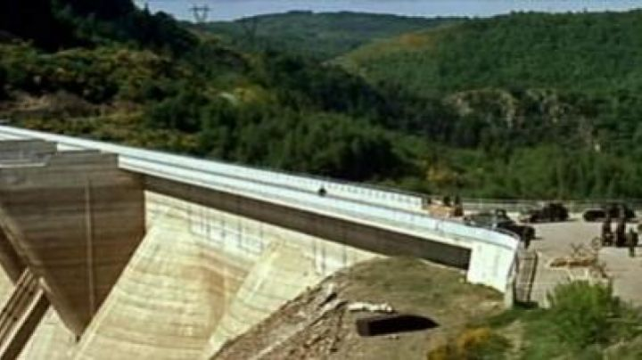 "The barrage de Grandval (Cantal) in the chase scene of ""La Grande Vadrouille"" - Movie Outfits and Products"