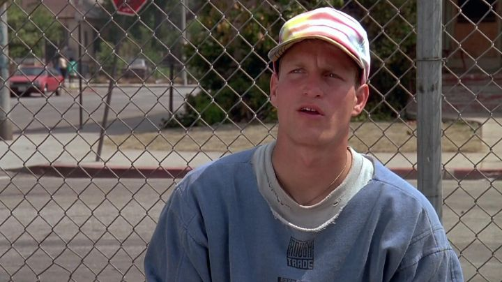 Fashion Trends 2021: The baseball cap vintage of Billy Hoyle (Woody Harrelson) in white do not know how to jump