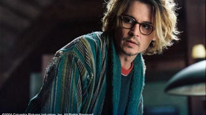 The bathrobe striped Mort Rainey (Johnny Depp) in Secret Window - Movie Outfits and Products