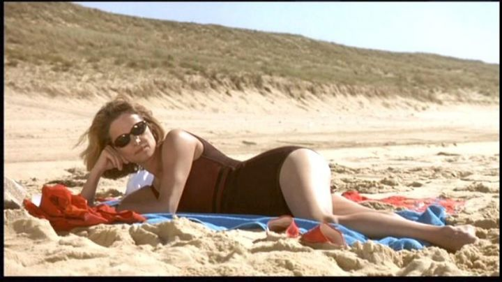 The beach of Mimizan in the Landes region in the film Under the sand - Movie Outfits and Products