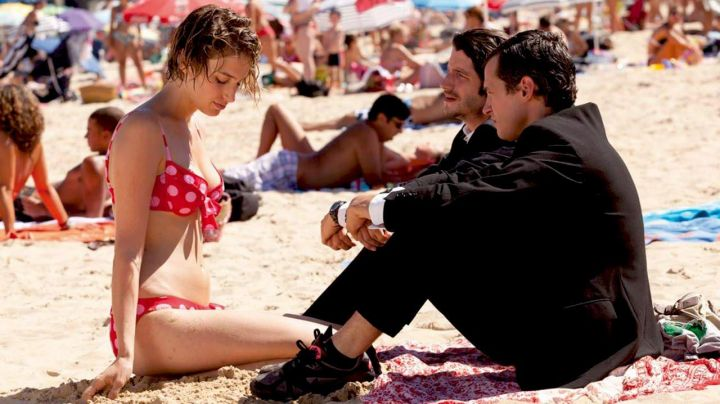 The beach of Saint-Jean-de-Luz in the film See the sea - Movie Outfits and Products