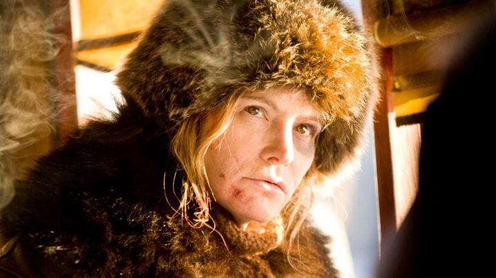 Fashion Trends 2021: The beanie chef's hat in fur Jennifer Jason Leigh in the 8 Guys