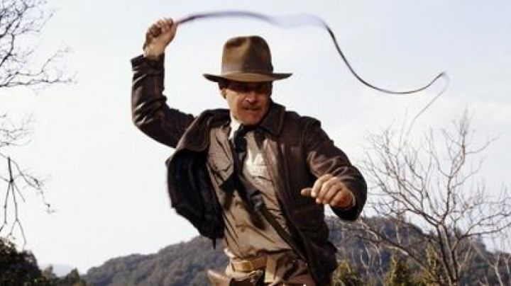 The beige shirt Indiana Jones (Harrison Ford) in Indiana Jones and the last crusade movie
